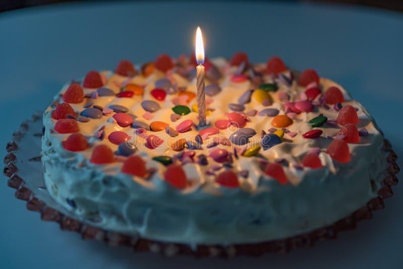 Gâteau d'anniversaire avec de la crème et un bon nombre de sucrerie photos stock