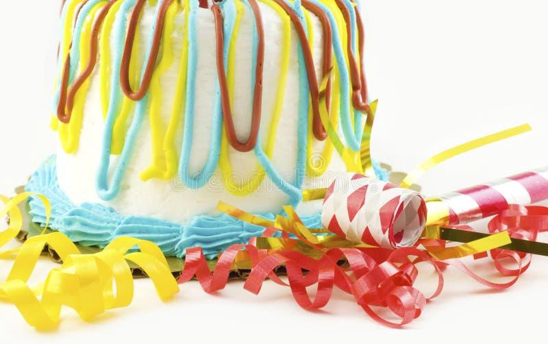 Gâteau d'anniversaire avec des approvisionnements de réception image stock