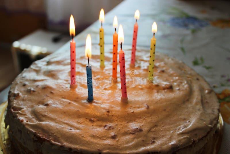 Gâteau d'anniversaire avec des bougies images libres de droits