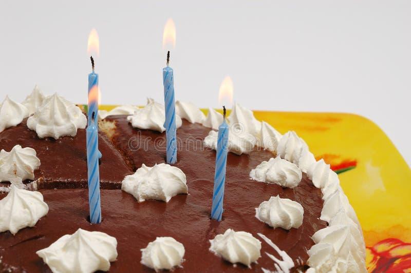 Gâteau d'anniversaire avec des bougies image stock