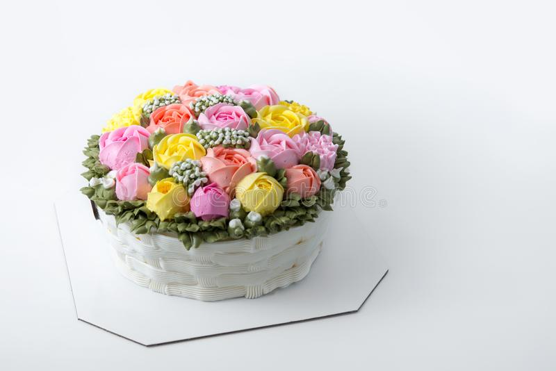 Gâteau d'anniversaire avec des fleurs image stock