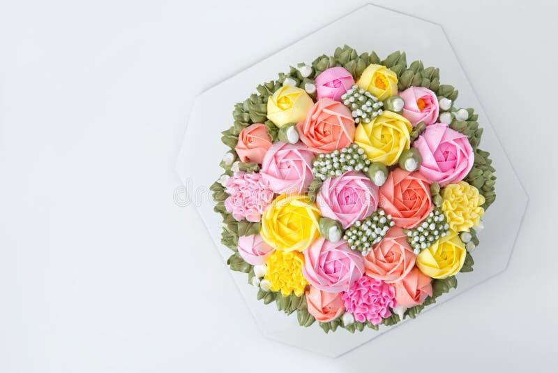 Gâteau d'anniversaire avec des fleurs photographie stock libre de droits