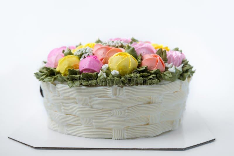 Gâteau d'anniversaire avec des fleurs photos libres de droits
