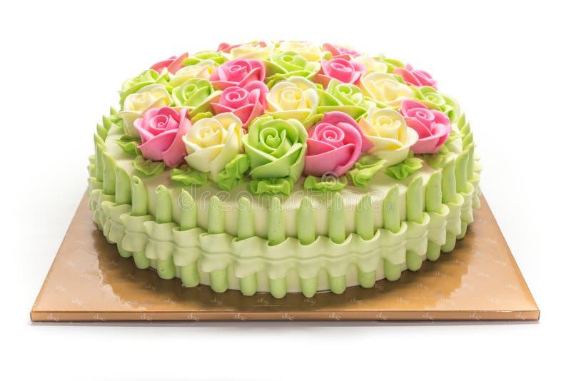 Gâteau d'anniversaire avec des fleurs sur le blanc photographie stock libre de droits