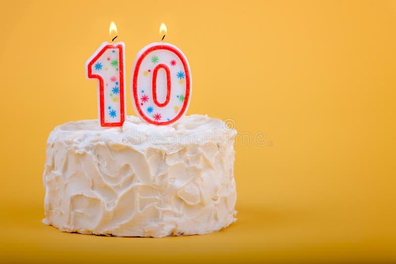 Gâteau d'anniversaire avec dix là-dessus dans les bougies photo stock