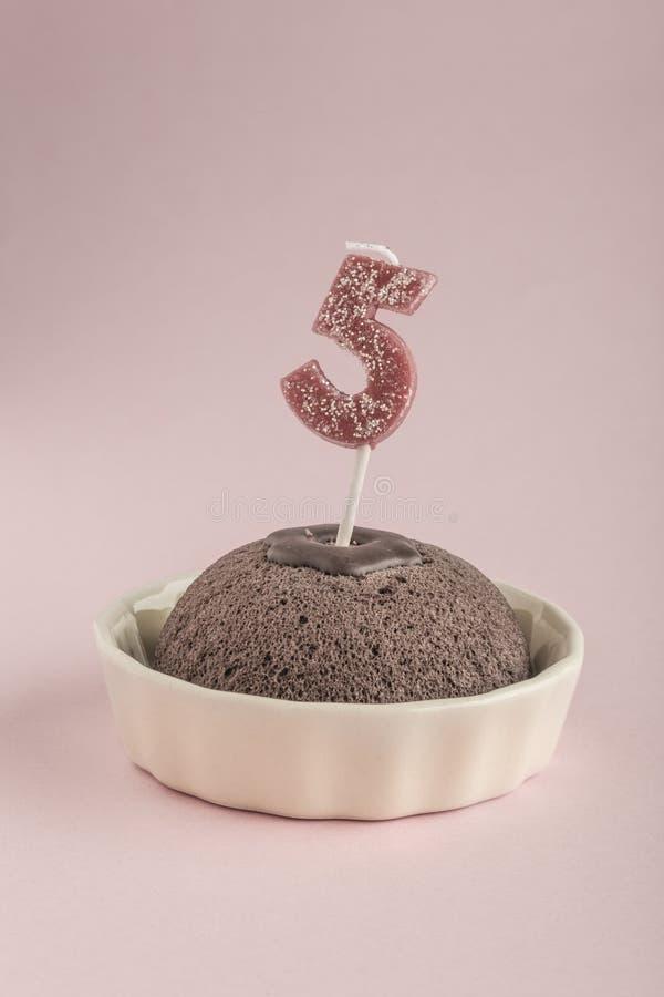 Gâteau d'anniversaire avec l'âge cinq de bougie images libres de droits