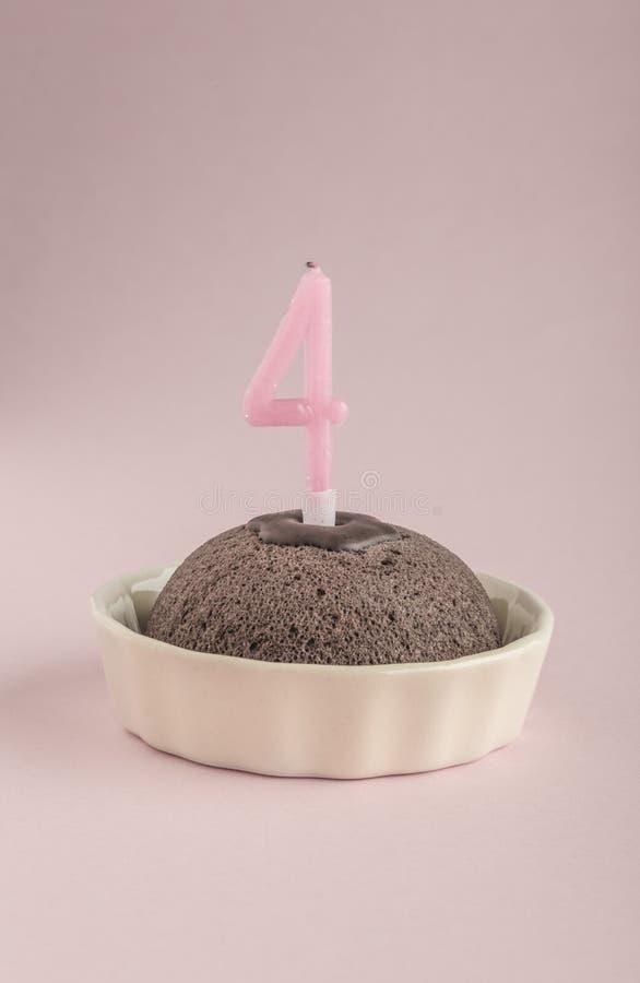 Gâteau d'anniversaire avec l'âge quatre de bougie image libre de droits
