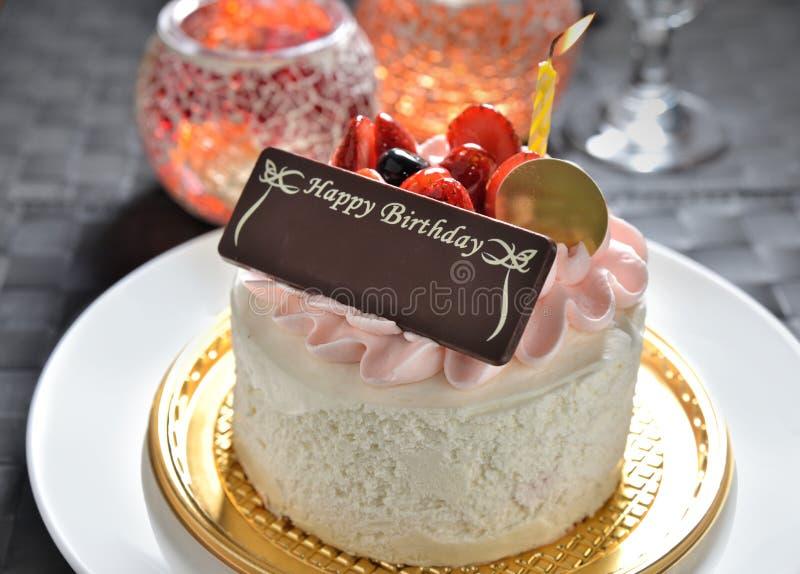 Gâteau d'anniversaire avec l'étiquette de nom photos stock