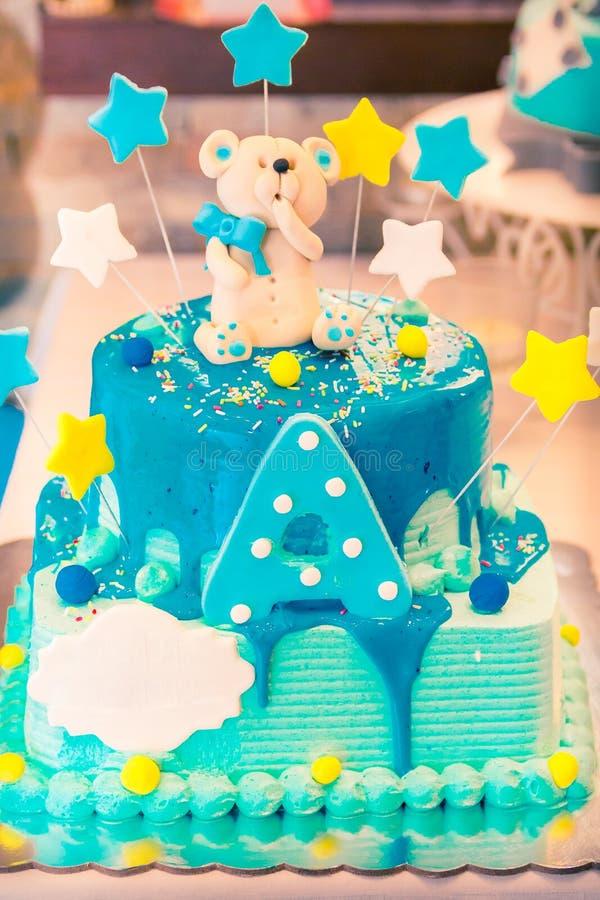 Gâteau d'anniversaire avec l'ours de nounours image libre de droits