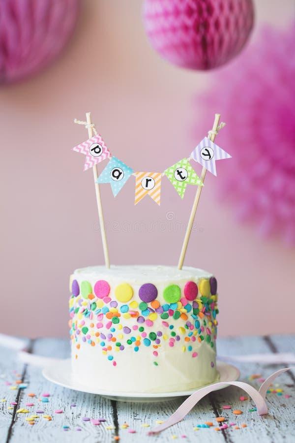 Gâteau d'anniversaire avec la bannière de partie photo stock