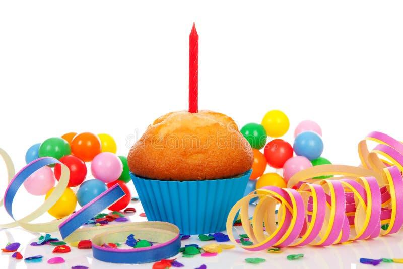 Gâteau d'anniversaire avec la bougie photographie stock libre de droits