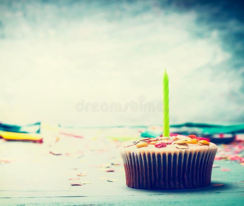 Gâteau d'anniversaire avec la bougie sur la table au fond de bleu de turquoise image libre de droits