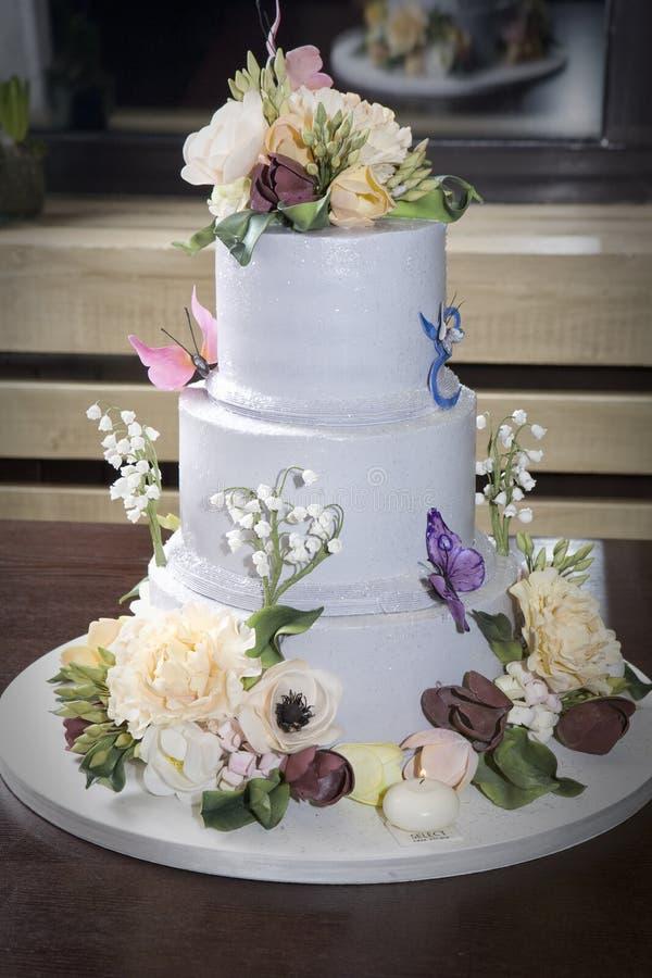 Gâteau d'anniversaire avec la fleur, guindineau sur la table images libres de droits