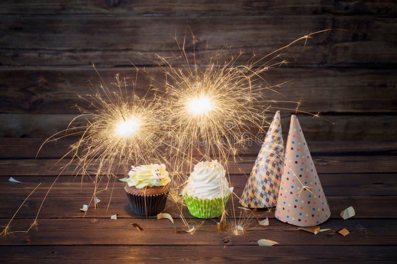 gâteau d'anniversaire avec le cierge magique sur le fond en bois photos stock