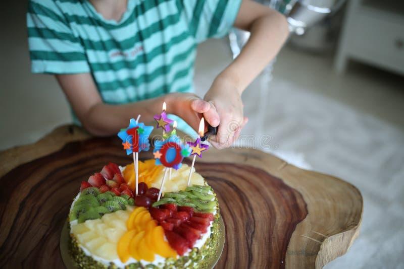 Gâteau d'anniversaire avec le numéro 10 bougies là-dessus images stock