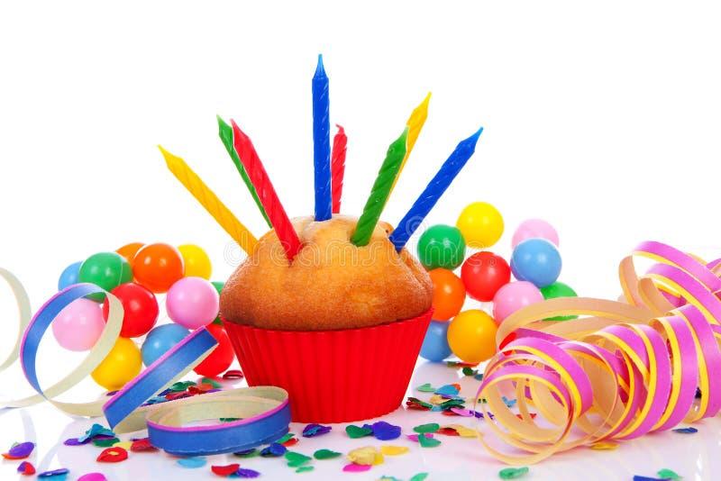 Gâteau d'anniversaire avec un bon nombre de bougies photos stock