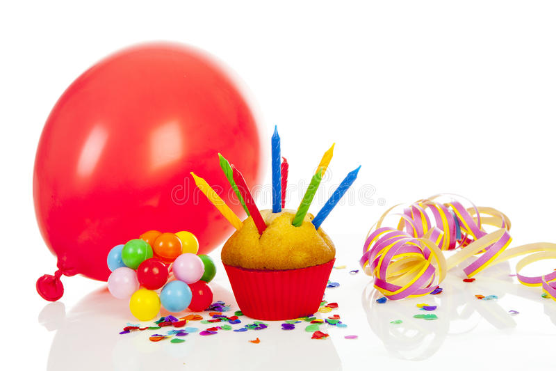 Gâteau d'anniversaire avec un bon nombre de bougies image libre de droits