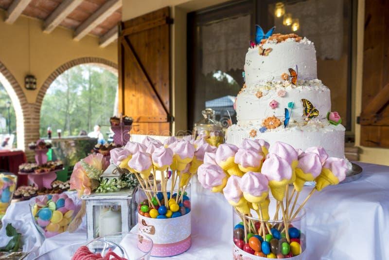 Gâteau d'anniversaire avec un bon nombre de sucreries image libre de droits