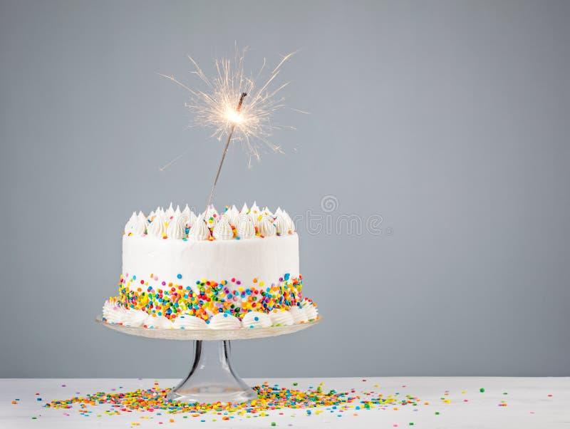 Gâteau d'anniversaire blanc avec le cierge magique image libre de droits