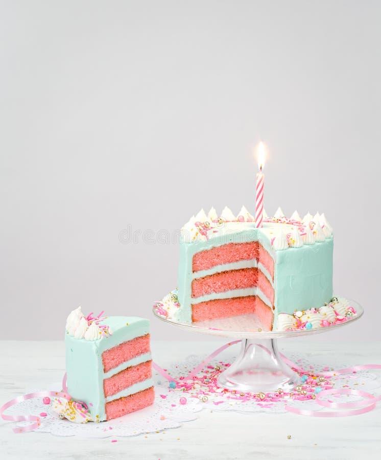 Gâteau d'anniversaire bleu en pastel avec des couches roses images stock