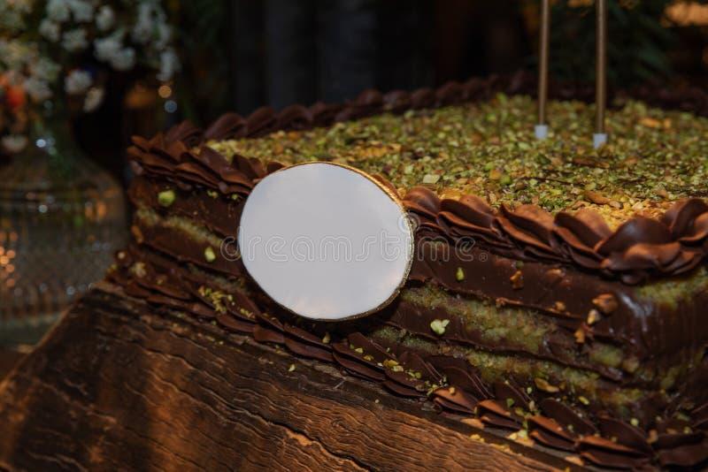 Gâteau d'anniversaire coloré lumineux avec la pistache images libres de droits
