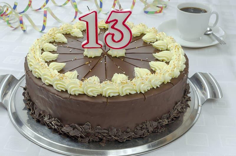 Gâteau d'anniversaire crémeux de chocolat images stock