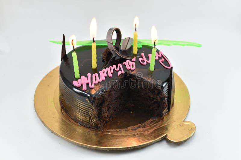 Gâteau d'anniversaire délicieux de chocolat, joyeux anniversaire, heure de célébrer, d'isolement sur le fond blanc image libre de droits