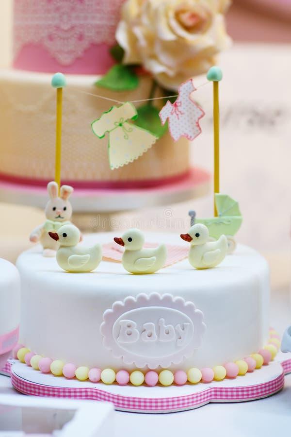 Gâteau d'anniversaire de bébé comme cadeau pour la partie de naissance ou de baptême image libre de droits