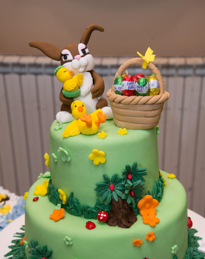 Gâteau d'anniversaire de bébé garçon avec la décoration de lapin images libres de droits
