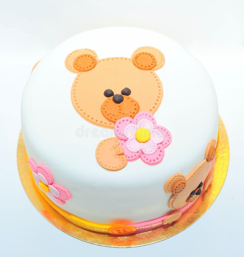 Gâteau d'anniversaire de filles avec un ours de nounours de fondant image stock