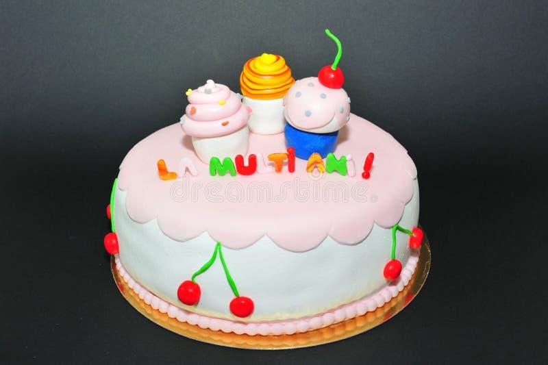 Gâteau d'anniversaire de fondant de figurines de petits gâteaux image stock