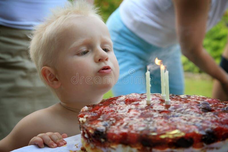 Gâteau d'anniversaire de l'enfant troisième photographie stock libre de droits