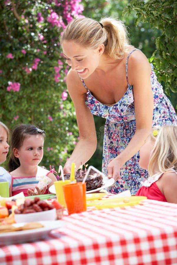 Gâteau d'anniversaire de portion de mère au groupe d'enfants photo libre de droits