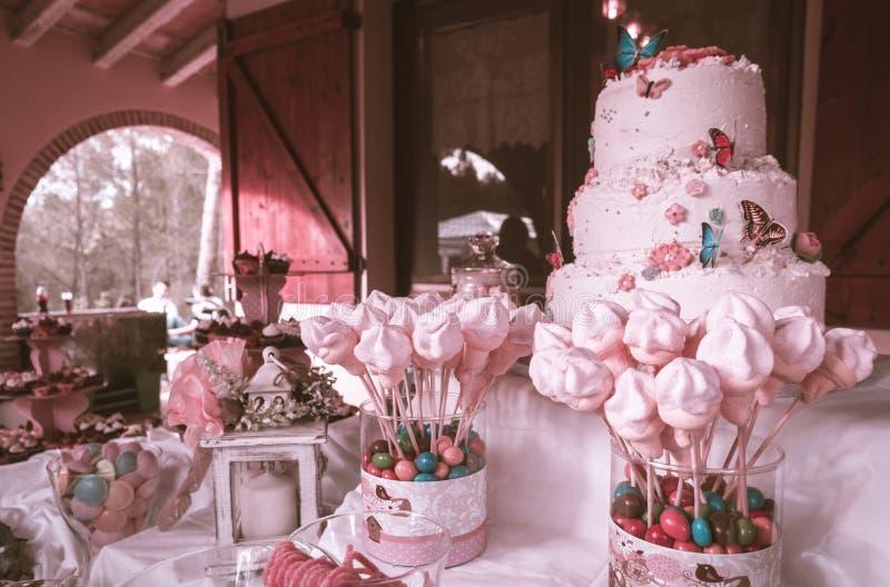 Gâteau d'anniversaire de rose en pastel avec un bon nombre de sucreries photos stock