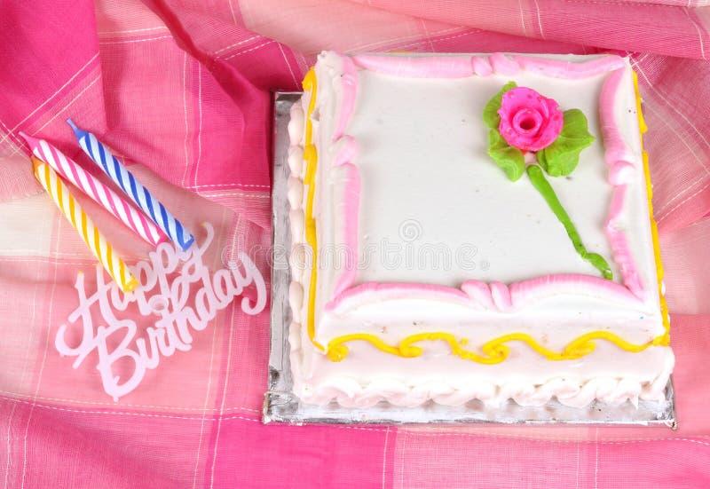 Gâteau d'anniversaire et bougies image libre de droits