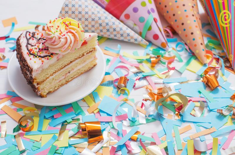 Gâteau d'anniversaire et décoration image libre de droits
