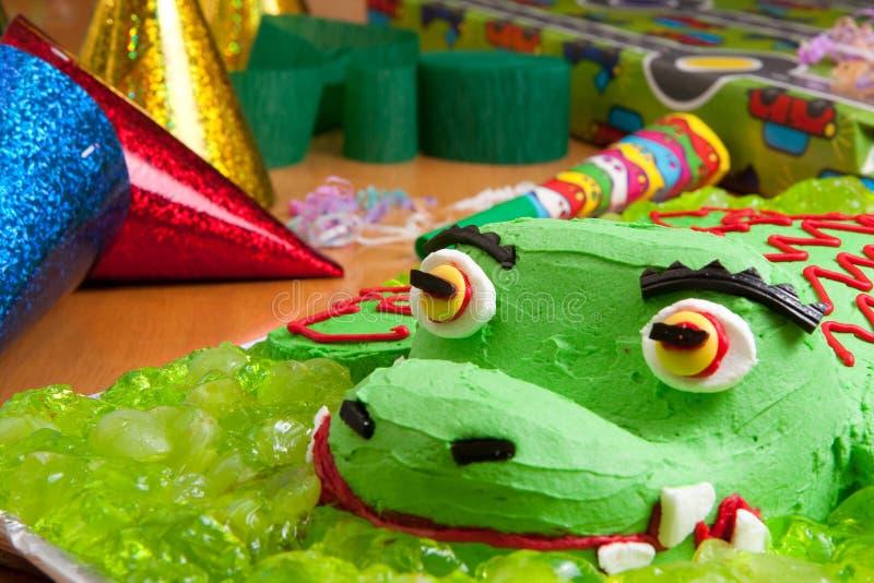 Gâteau d'anniversaire et décorations de gosses image stock