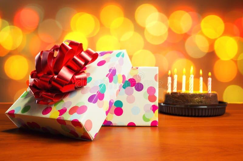 Gâteau d'anniversaire et présents photos stock