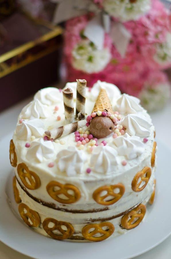 Gâteau d'anniversaire fait main pour le bébé image stock