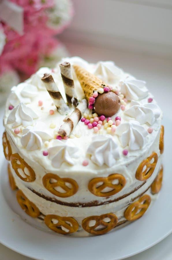 Gâteau d'anniversaire fait main pour le bébé photographie stock