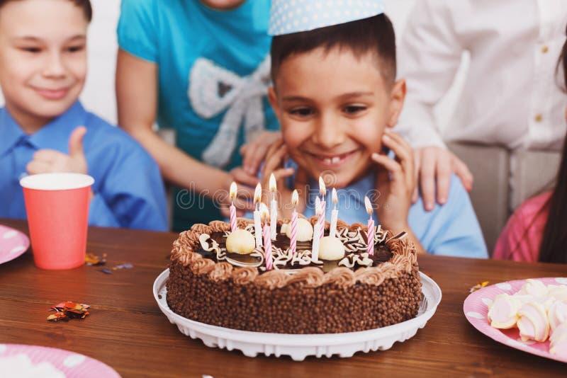 Gâteau d'anniversaire Garçon célébrant le b-jour et faisant le souhait photographie stock