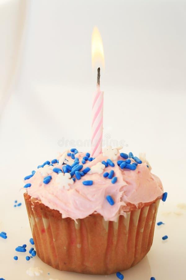 Gâteau d'anniversaire givré par rose avec la bougie. photos libres de droits