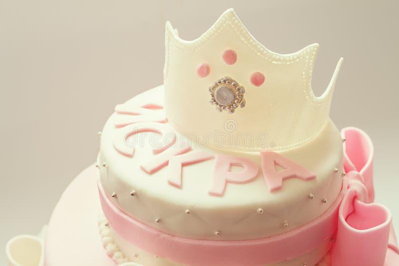 Gâteau d'anniversaire pour la reine de bébé image stock