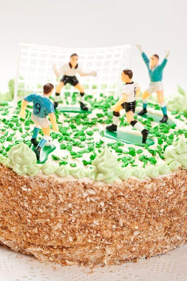 Gâteau d'anniversaire pour le garçon avec des joueurs de football image stock