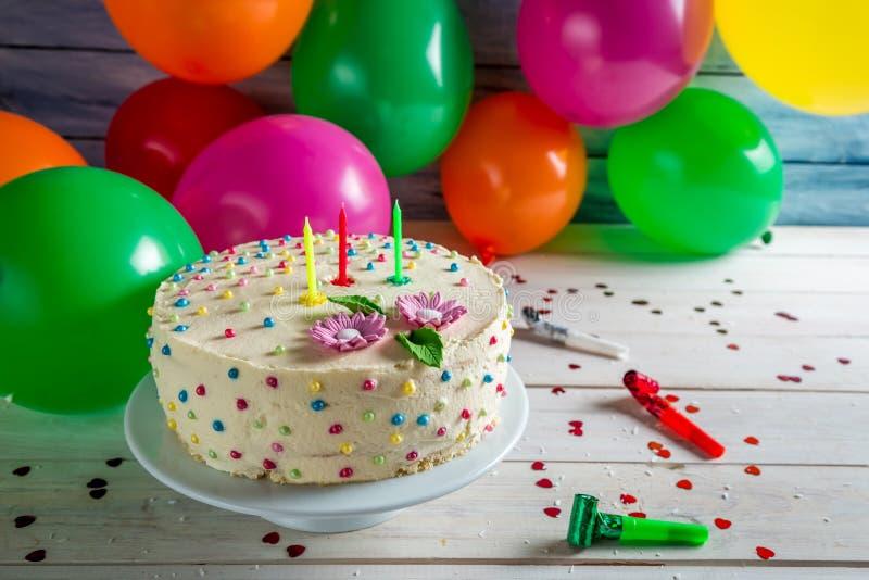 Gâteau d'anniversaire prêt à pour une partie images libres de droits