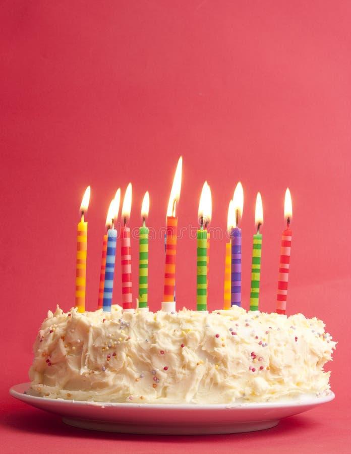 Gâteau d'anniversaire sur le fond rouge images libres de droits