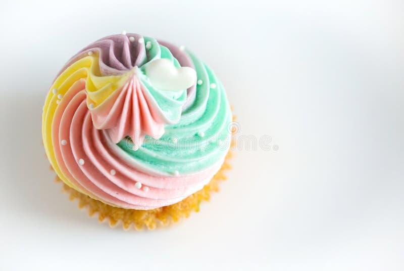 Gâteau d'anniversaire sur un fond blanc Mini gâteau photos stock