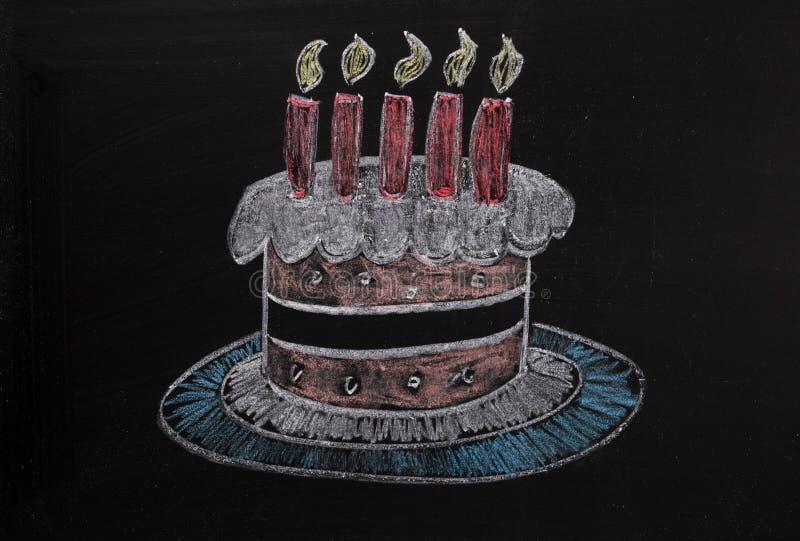 Gâteau d'anniversaire sur un tableau noir image libre de droits