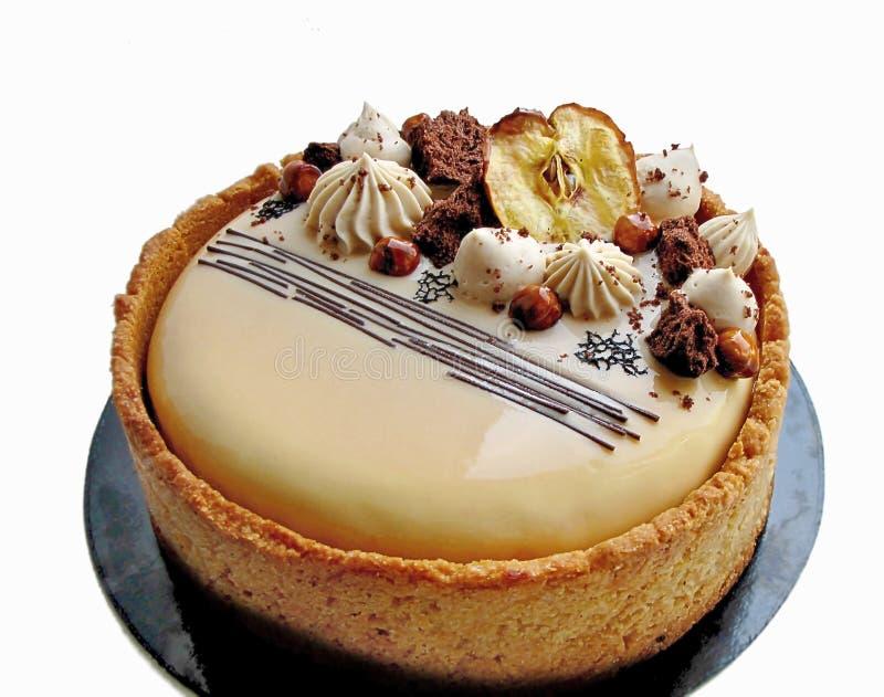 Gâteau d'Apple et de caramel avec les noisettes et la frontière de biscuit images stock