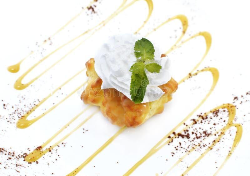 Gâteau d'Eclair avec la feuille de sirop et de menthe photo libre de droits
